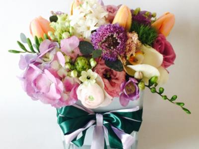 Aranjament floral in cub de sticla