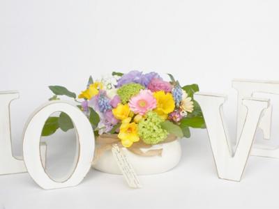 Aranjament floral primavara in vas portelan